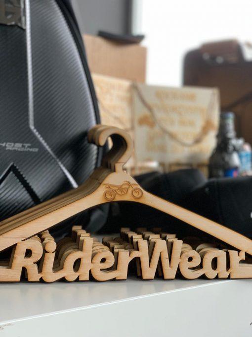 Drewniany wieszak dla motocyklisty